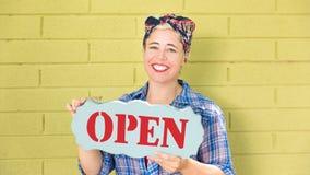 Glückliche Hippie-Geschäftsfrau, die ein offenes Zeichen hält lizenzfreie stockfotos