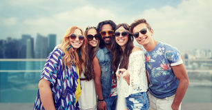 Glückliche Hippiefreunde mit selfie haften über Stadt Stockfotos