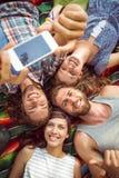 Glückliche Hippies, die Spaß auf Campingplatz haben Lizenzfreie Stockfotografie