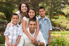 Glückliche hispanische Familie im Park lizenzfreies stockbild