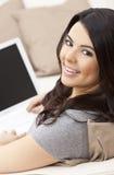 Glückliche hispanische Frau, die Laptop-Computer verwendet Stockfoto