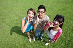 Glückliche Hochschulstudenten Ruf und Schrei Stockfoto
