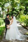 Glückliche Hochzeitspaare stockbilder