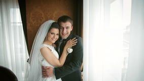 Glückliche Hochzeitspaare stock footage