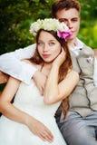 Glückliche Hochzeitspaare im Park Stockfotografie