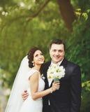 Glückliche Hochzeitspaare Youg. Lizenzfreie Stockbilder