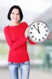 Glückliche Holdingbüroborduhr der jungen Frau Stockfotos
