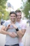 Glückliche homosexuelle Paare draußen Stockfoto