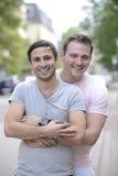 Glückliche homosexuelle Paare draußen Lizenzfreies Stockfoto