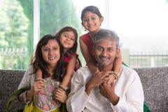 Glückliche indische Eltern und Kinder Lizenzfreies Stockbild