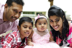 Glückliche indische Familie lizenzfreie stockfotos