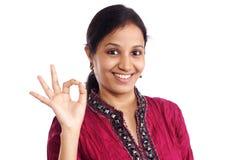Glückliche indische junge Frau Stockfoto