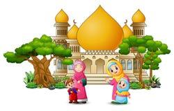 Glückliche islamische Kinderkarikatur, die vor einer Moschee spielt vektor abbildung