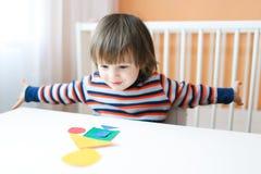 Glückliche 2 Jahre Kleinkind, die zu Hause mit geometrischen Zahlen spielen Lizenzfreie Stockfotografie