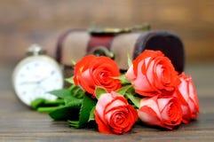 Glückliche Jahrestagskarte mit Blumenstrauß von roten Rosen und von Taschenuhr Stockfotografie
