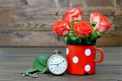 Glückliche Jahrestagskarte mit roten Rosen und Taschenuhr Lizenzfreies Stockfoto