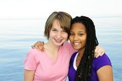 Glückliche Jugendfreundinnen lizenzfreie stockfotografie