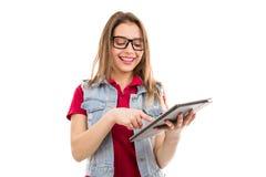Glückliche jugendlich Frau, die Tablette verwendet lizenzfreie stockfotos