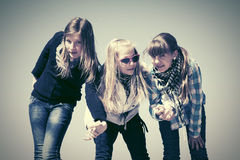 Glückliche jugendlich Mädchen gegen einen blauen Himmel Lizenzfreies Stockfoto