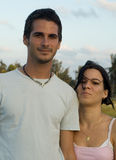 Glückliche jugendlich Paare draußen Lizenzfreie Stockfotos