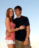 Glückliche jugendlich Paarumarmung lizenzfreie stockfotos