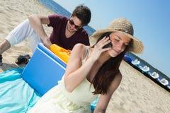 Glückliche Jugendliche, die ihre Freunde beim Genießen des Strandes anrufen Stockfoto
