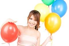 Glückliche Jugendliche mit Ballonen lizenzfreie stockfotografie