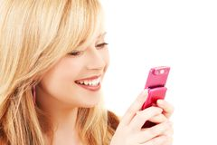 Glückliche Jugendliche mit Handy Lizenzfreie Stockbilder