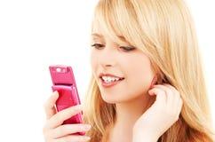 Glückliche Jugendliche mit Handy Stockfotografie