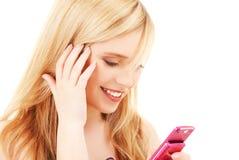 Glückliche Jugendliche mit Handy Stockfotos
