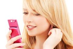 Glückliche Jugendliche mit Handy Stockfoto