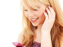 Glückliche Jugendliche mit Handy Stockbild