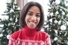 Glückliche Jugendliche vor Weihnachtsbaum lizenzfreie stockbilder