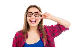 Glückliche Jugendlichfrau, die Vzeichen zeigt stockbild
