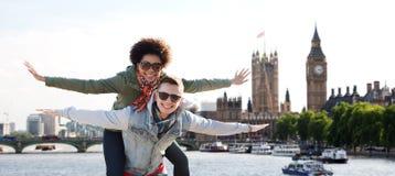 Glückliche Jugendpaare, die Spaß über London-Stadt haben lizenzfreie stockfotos