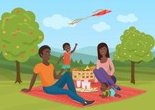 Glückliche junge Afroamerikanerfamilie mit Kind auf einem Picknick Vati, Mutter und Sohn stehen in der Natur still Elefant, der G Lizenzfreie Stockbilder