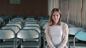 Glückliche junge applaudierende Frau stock video footage