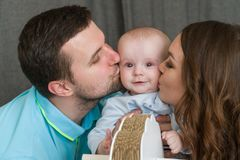 Glückliche junge attraktive Familie mit Baby Stockfotos
