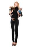Glückliche junge blonde Aufstellung mit zwei Hunden Lizenzfreies Stockfoto