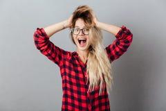 Glückliche junge blonde Frau Stockfotos