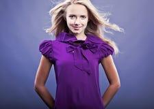 Glückliche junge blonde Frau Lizenzfreies Stockfoto