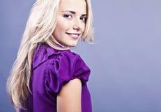 Glückliche junge blonde Frau Stockfoto
