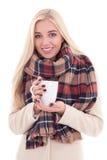 Glückliche junge blonde Frau in der warmen Kleidung mit Tasse Kaffee oder te Lizenzfreie Stockbilder