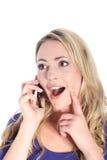 Glückliche junge blonde Frau mit Handy Lizenzfreies Stockfoto