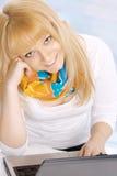 Glückliche junge blonde Frau mit Notizbuch Lizenzfreie Stockfotografie