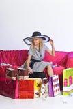 Glückliche junge blonde Frau nach einem großen Einkaufen Stockfotografie