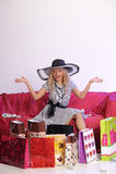 Glückliche junge blonde Frau nach einem großen Einkaufen Lizenzfreies Stockfoto