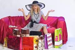 Glückliche junge blonde Frau nach einem großen Einkaufen Lizenzfreie Stockfotos