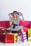 Glückliche junge blonde Frau nach einem großen Einkaufen Stockbilder