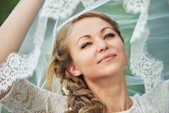 Glückliche junge Braut lizenzfreies stockbild